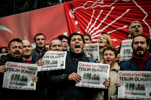 """Des manifestants avec des exemplaires de la dernière édition du quotidien turc """"Cumhuriyet"""" crient des slogans devant le siège du journal à Istanbul, le 1er novembre 2016 © OZAN KOSE AFP"""