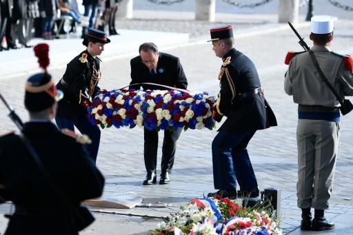 François Hollande dépose une gerbe sur la tombe du soldat inconnu le 11novembre 2016 sous l'Arc de Triomphe à Paris © STEPHANE DE SAKUTIN POOL/AFP