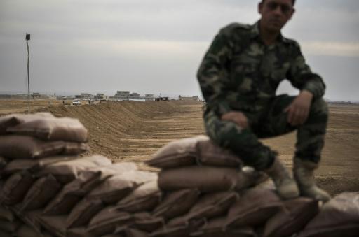 Un peshmerga assis sur une position fortifiée au nord du village kurde irakien de Shaqouli, à quelque 35 kilomètres à l'est de Mossoul, le 10 novembre 2016 © Odd ANDERSEN AFP