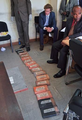 L'aristocrate britannique, Jack Alexander Wolf Marrian (D), face aux 100 kilos de cocaïne, le 11 novembre 2016 au siège du Département d'enquête criminelle de Nairobi © CARL DE SOUZA AFP