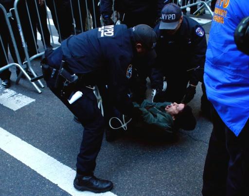 Une femme arrêtée lors d'une manifestation anti-Trump, le 12 novembre 2016 à New York © KENA BETANCUR AFP
