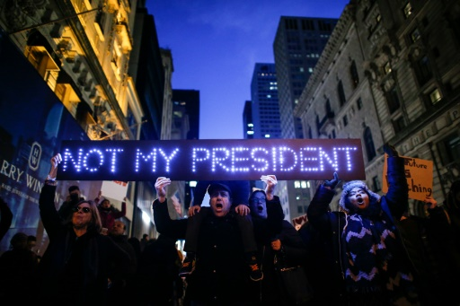 Des manifestants protestent contre l'élection de Donald Trump à la Maison Blanche le 12 novembre 2016 devant la Trump Tower à New York © KENA BETANCUR AFP