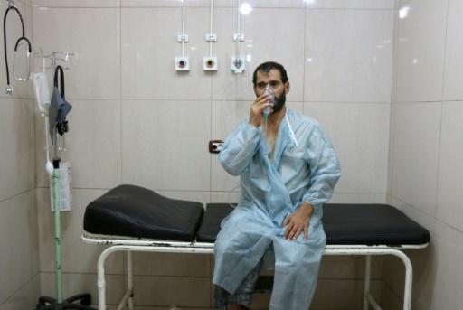 Un Syrien souffrant de difficultés respiratoires, est soigné dans un hôpital à Alep (Syrie), le 06 septembre 2016 © THAER MOHAMMED AFP