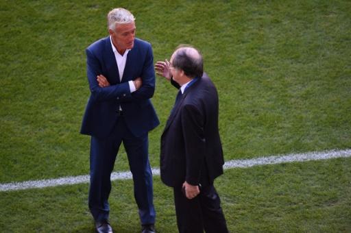 Noël Le Graët échange avec Didier Deschamps avant un match amical entre la France et la Serbie à Bordeaux, le 7 septembre 2015  © MEHDI FEDOUACH AFP/Archives