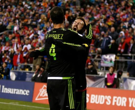 Les joueurs mexicains Miguel Layun (D) et Rafael Marquez se félicient après le but de Marquez contre l'équipe américaine lors des qualifications pour le Mondial-2018 à Columbus, Ohio le 11 novembre 2016 © Paul Vernon AFP