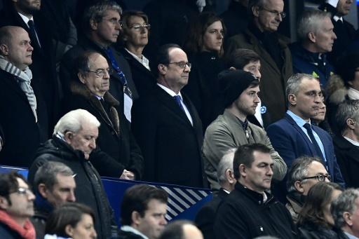François Hollande pendant la minute de silence observée au Stade de France en hommage aux victimes des attaques terroristes, le 11 novembre 2016 à Saint-Denis © MIGUEL MEDINA AFP