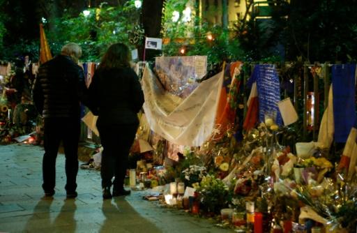 Drapeaux, fleurs et bougies en hommage aux victimes le 31 décembre 2016 devant le Bataclan à Paris © MATTHIEU ALEXANDRE AFP/Archives