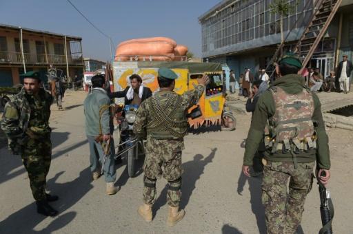 Des forces de sécurité afghanes contrôlent les environs de la base américaine militaire de Bagram, le 12 novembre 2016 après une forte explosion © SHAH MARAI AFP