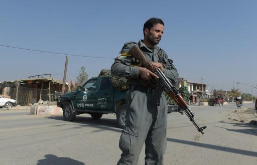 Un policier afghan en faction devant la base militaire américaine de Bagram, le 12 novembre 2016 © SHAH MARAI AFP
