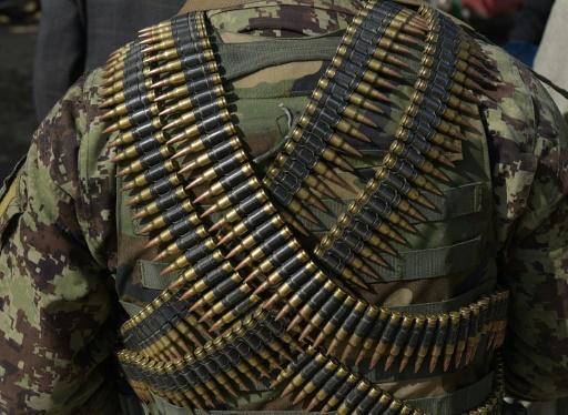 Un soldat de l'armée afghane en faction devant la plus grande base militaire américaine à Bagram, à 50 km au nord de Kaboul, après une explosion qui a tué 4 américains, le 12 novembre 2016 © SHAH MARAI AFP