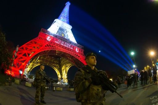 Des policiers sous la Tour Eiffel dans le cadre du plan Vigipirate le 18 novembre 2015 à Paris © JOEL SAGET AFP/Archives