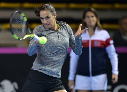 Caroline Garcia s'entraîne pour la finale de la Fed Cup sous le regard de sa capitaine Amélie Mauresmo, le 8 novembre 2016 à Strasbourg © PATRICK HERTZOG AFP/Archives