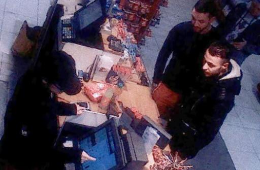 Capture d'écran d'une caméra de surveillance en date du 11 novembre 2015 de Mohammed Abrini et Salah Abdeslam dans une station-service à Ressons en France © - OFF/AFP