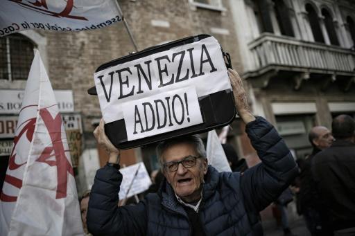 Manifestation de Vénitiens pour protester contre l'exode de la population locale et la montée du tourisme, le 12 novembre 2016 © MARCO BERTORELLO AFP