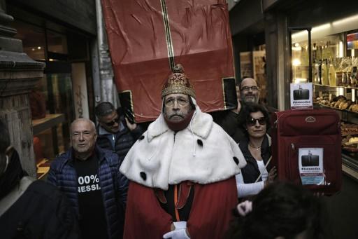 """Un homme habillé en """"Doge"""" manifeste avec des Vénitiens pour dénoncer l'exode de la population locale et la déferlante touristique sur la ville, le 12 novembre 2016 © MARCO BERTORELLO AFP"""