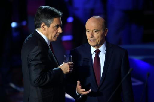 François Fillon (g) et Alain Juppé lors d'une interruption au cours du débat télévisé des candidats à la primaire de la droite, le  3 novembre 2016 © Eric FEFERBERG POOL/AFP/Archives