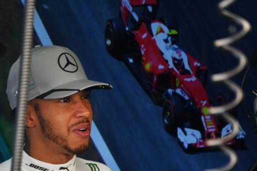 Le Britannique Lewis Hamilton fait une pause au stand Mercedes lors des essais libres du GP du Brésil, le 11 novembre 2016 sur le circuit d'Interlagos © NELSON ALMEIDA AFP