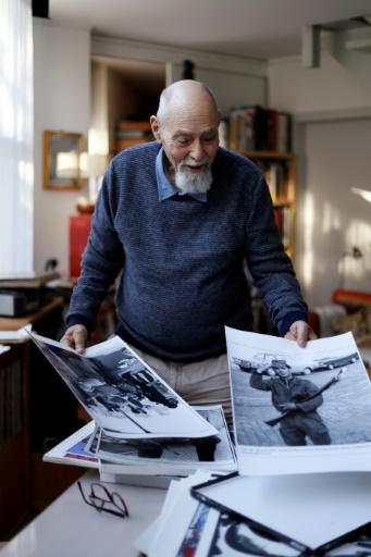 Le peintre et photographe haïtien Gérald Bloncourt avec ses photographies dans sa maison de Paris, le 5 octobre 2016 © Thomas SAMSON AFP/Archives