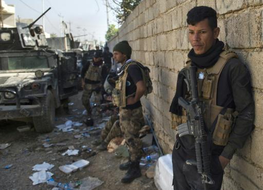 Des soldats de la 2ème division des Forces Spéciales irakiennes attendent pour avancer dans le quartier Al-Samah de Mossoul, le 11 novembre 2016 © Odd ANDERSEN AFP