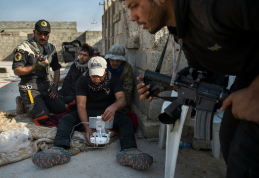Des soldats des Forces Spéciales irakiennes utilisent la télécommande d'un drone pour chercher des positions hostiles, le 11 novembre 2016, dans le quartier Al-Samah, dans l'est de Mossoul © Odd ANDERSEN AFP