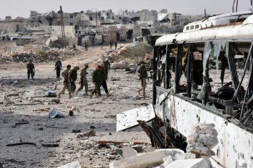 Les forces pro-gouvernementales syriennes dans le village de Minyan, à l'ouest d'Alep, après avoir repris la zone aux rebelles, le 12 novembre 2016 © GEORGE OURFALIAN AFP