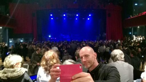 Un homme prend un selfie le 12 novembre 2016 dans la salle de concert du Bataclan qui rouvrait ses portes, un an après l'attaque qui avait fait 90 morts pendant le concert des Eagles of Death Metal le 13 novembre 2015 © STRINGER AFP