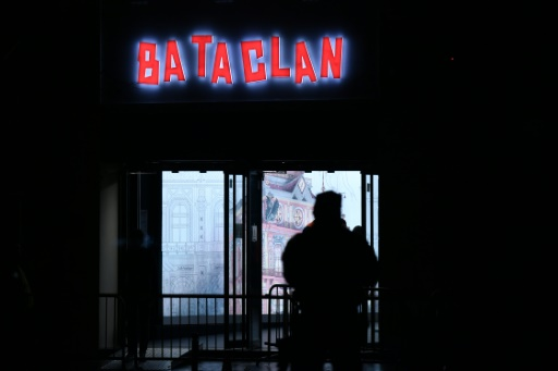 Un policier en faction devant le Bataclan qui rouvrait ses portes, le 12 novembre 2016, pour un concert de Sting un an après l'attaque qui avait fait 90 morts lors du concert des Eagles of Death Metal le 13 novembre 2015 © PHILIPPE LOPEZ AFP