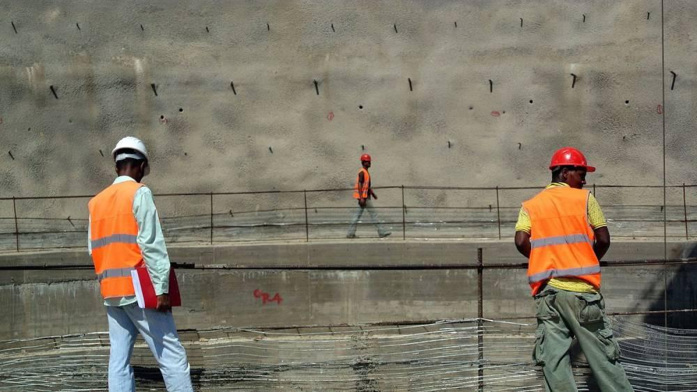 Des ouvriers travaillent sur le barrage en construction Gibe III à Omo Valley, en Ethiopie, le 22 mai 2012.  ©  afp.com/Jenny Vaughan