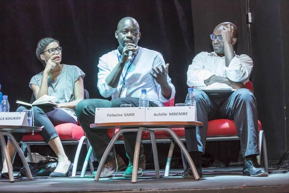 Salle de cinéma de l'institut Français. Panel «  L'Afrique, la condition planétaire ». De gauche à droite : Nadia Yala Kisukidi, Felwine Sarr, Achile Mbembé. ©  Antoine Tempé