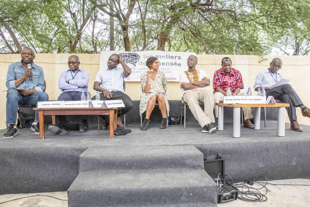 Jardin du CODESRIA. De gauche à droite : Célestin Monga, Bonaventure Mve Ondo, Felwine Sarr, Nadia Yala Kisukidi, Ndongo Samba Sylla, Ibrahim Oanda, Bado Ndoye. ©  Antoine Tempé
