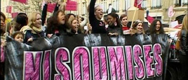 """Une dizaine de femmes lancent, au printemps 2002, un appel dénonçant le machisme et les violences masculines. Quelques mois plus tard, elles entament la Marche des femmes contre le ghetto et pour l'égalité et sillonnent la France pendant cinq semaines. Leur slogan ? """"Ni putes ni soumises""""."""