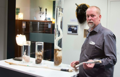 Ouvert en 1997 avec 63 pièces par Sigurdur Hjartarson, historien et collectionneur de pénis depuis les années 70, le musée est aujourd'hui dirigé par son fils, Hjortur Sigurdsson qui pose ici dan le musée du phallus à Reykjavik le 27 octobre 2016 © Halldor KOLBEINS AFP/Archives