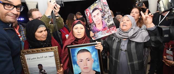 Les mamans de Tunisiens victimes de torture arrivent le 17 novembre 2016 pour l'audition publique devant l'Instance Vérité et dignité.