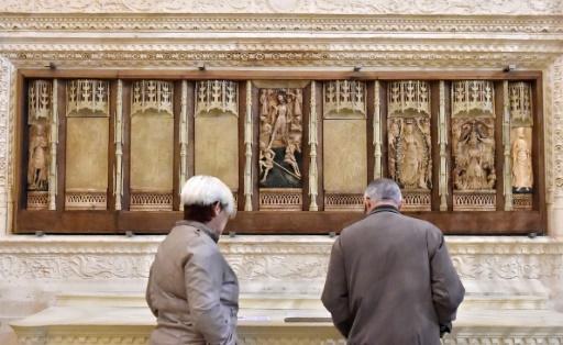 """Le bas-reliefs en albâtre des """"Sept joies de la Vierge"""" de la basilique Saint-Michel de Bordeaux, le 17 novembre 2016, dont sept sculptures avaient été dérobées en 1984 © GEORGES GOBET AFP"""