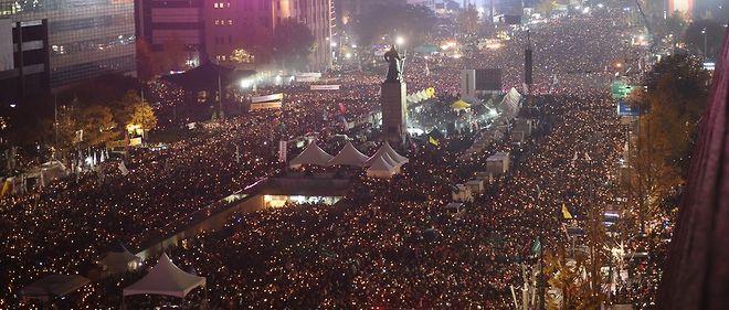 Jusqu'à 300 000 personnes, selon les organisateurs, ont manifesté à Séoul samedi 19 novembre pour réclamer le départ de Park Geun-hye.