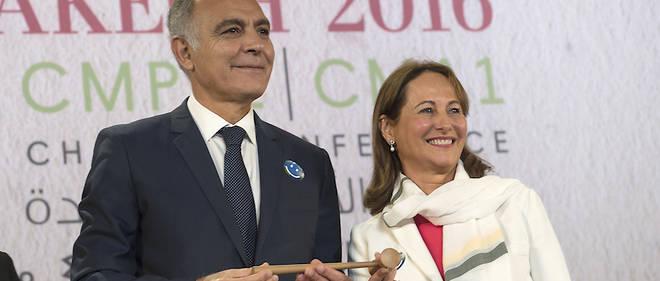 À la COP22, à Marrakech le 7 novembre 2016, Ségolène Royal, ministre française de l'Environnement et ex-présidente de la COP21, est aux côtés de Salaheddine Mezouar, président de la 22e Conférence sur le climat (COP22).