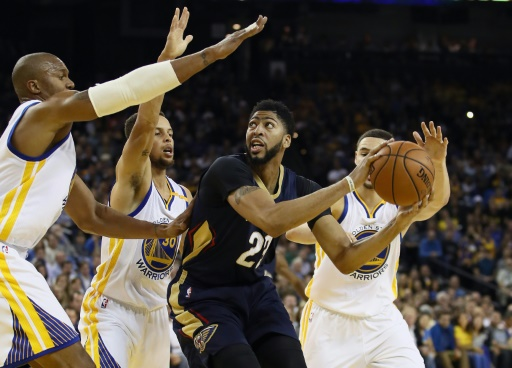 Anthony Davis (c) des New Orleans Pelicans face à la défense des Golden State Warriors, le 7 novembre 2016 à Oakland (Californie) © EZRA SHAW Getty/AFP/Archives