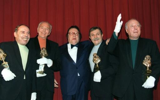Les Frères Jacques, célèbre quatuor vocal, autour de l'humoriste Raymond Devos (c), le 6 mai 1996 au Théâtre Marigny à Paris, lors de la 10e nuit des Molières © PIERRE VERDY AFP/Archives