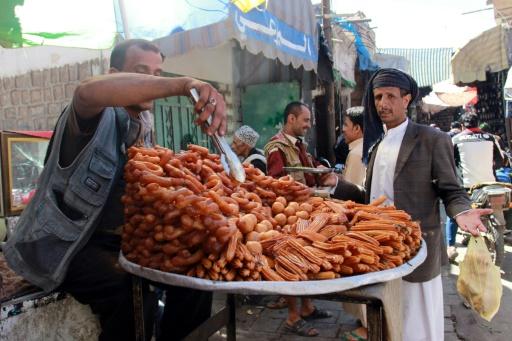 Des habitants de Sanaa profitent des 48 heures de trêve pour aller au marché, le 19 novembre 2016 au Yémen © Abdel RAHMAN ABDALLAH AFP