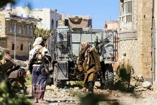 Des combattants loyalistes au président Hadi tiennent une position à Taez lors de combats contre des rebelles Houtis, le 15 novembre 2016 au Yémen © AHMAD AL-BASHA AFP/Archives