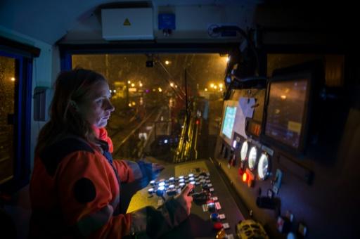 La conductrice d'un train bosseur servant à nettoyer les feuilles mortes sur la ligne de train entre Saint-Pierre-des-corps et Vierzon, le 18 novembre 2016 © Guillaume SOUVANT AFP