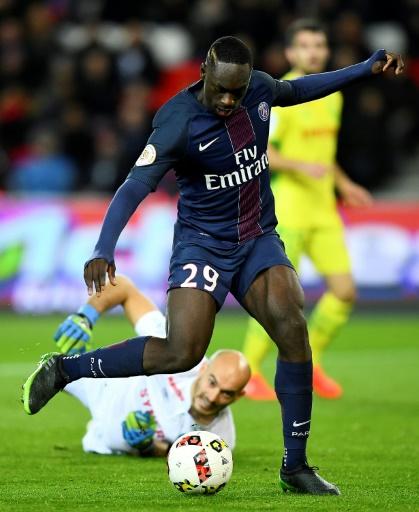 L'attaquant du PSG Jean-Kevin Augustin (c) contrôle le ballon lors du match face à Rennes au Parc des Princes, le 19 novembre 2016  © FRANCK FIFE AFP