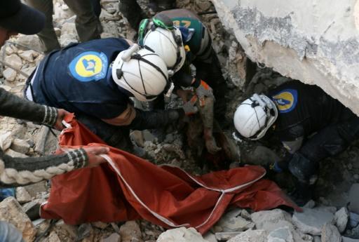 Des volontaires syriens extraient un corps des décombres après une frappe aérienne sur un quartier rebelle d'Alep, le 19 novembre 2016   © AMEER ALHALBI AFP