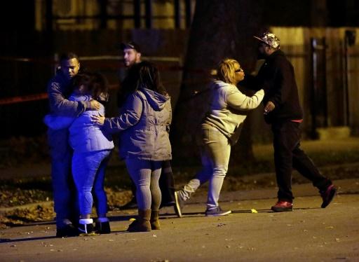 Des personnes sous le choc après qu'un homme a été tué d'une balle dans la tête, le 18 novembre 2016 à Chicago © Joshua Lott AFP