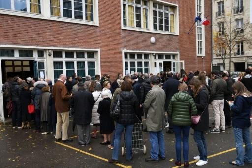 Des personnes attendent de pouvoir voter au premier tour de la primaire de la droite, le 20 novembre 2016 à Paris © Eric FEFERBERG AFP
