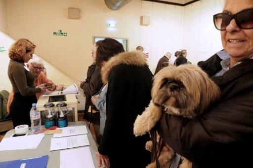 Des personnes attendent de pouvoir voter au premier tour de la primaire de la droite, le 20 novembre 2016 à Perpignan © RAYMOND ROIG AFP