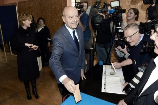 Le candidat Alain Juppé vote au 1er tour de la primaire de la droite, le 20 novembre 2016 à Bordeaux © MEHDI FEDOUACH AFP