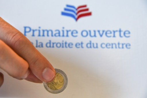 Un électeur verse deux euros dans un bureau de vote de Mulhouse, le 20 novembre 2016 © SEBASTIEN BOZON AFP