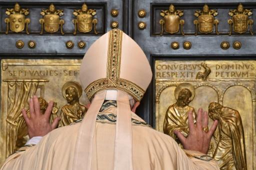 Le Pape François ouvre une Porte Sainte à la Basilique Saint-Pierre de Rome, inaugurant une année sainte jubilaire de la Miséricorde le 8 décembre 2015 © VINCENZO PINTO AFP/Archives