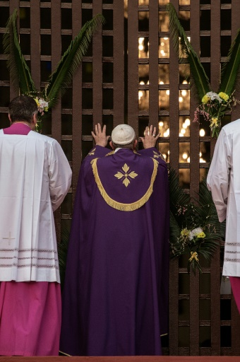 Le pape François ouvre le 29 novembre 2015 une Porte Sainte dans la cathédrale de Bangui, par laquelle les fidèles sont invités à passer pour obtenir le pardon de leurs péchés © GIANLUIGI GUERCIA AFP/Archives